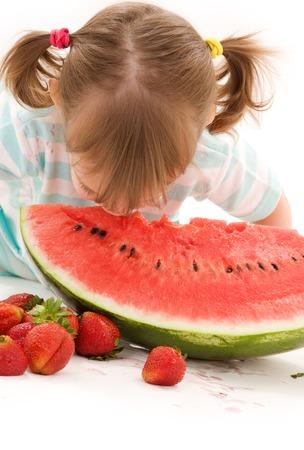 poco: imagen de la niña con la fresa y la sandía