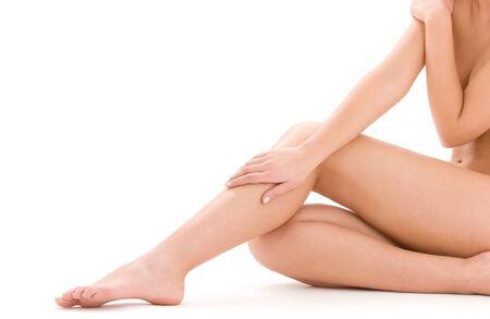 mujer desnuda sentada: foto de mujer desnuda piernas saludables en blanco