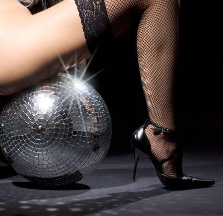 Partei Tänzerin Mädchen in Netzstrümpfen mit Disco-Kugel Lizenzfreie Bilder - 5429794