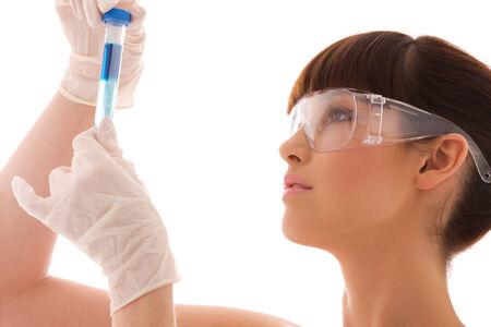 investigador cientifico: hermosa mujer de laboratorio de los trabajadores sosteniendo tubo de ensayo