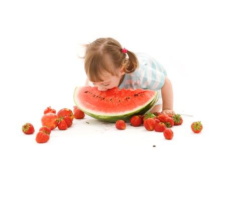 ni�os comiendo: imagen de la ni�a con la fresa y la sand�a