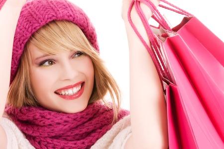 chicas comprando: adolescente feliz en el sombrero con bolsas de compras rosa LANG_EVOIMAGES