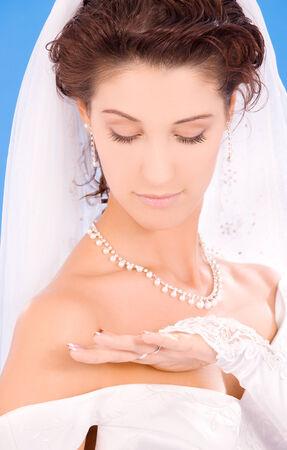 glückliche Braut mit ihren Ehering über blau
