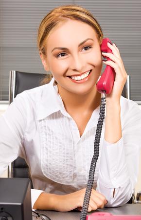 amigas conversando: imagen de la hermosa muchacha con el tel�fono en la oficina de LANG_EVOIMAGES