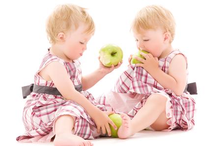 foto de dos adorables gemelos más de blanco