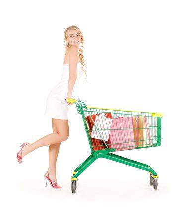 carro supermercado: mujer feliz con el carro de la compra m�s de blanco