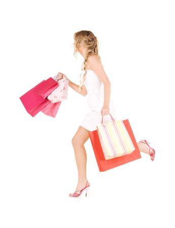 draait vrouw met boodschappentassen over white