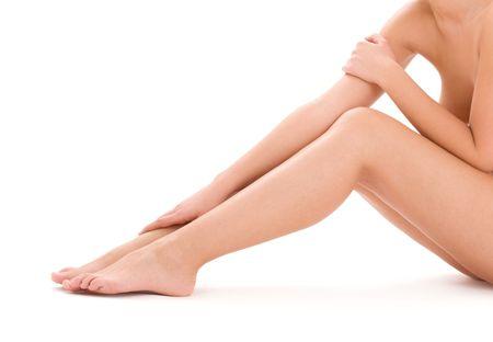 mujer desnuda sentada: Foto de las piernas de la mujer desnuda saludable sobre blanco