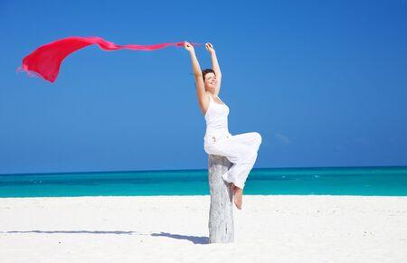 mujer feliz con Pareo rojo en la playa Foto de archivo - 6548260