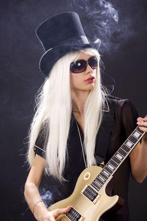 guitarra sexy: mujer en top hat con oro de guitarra el�ctrica y cigarrillos