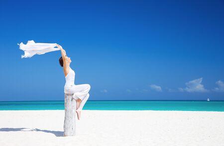 mujer feliz con Pareo blanco en la playa Foto de archivo - 6760606
