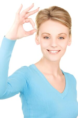 brillante foto de mujer encantadora, mostrando el signo bien