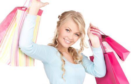 mujer feliz con bolsas de compra sobre blanco
