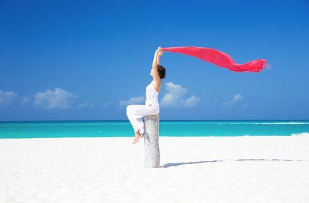 mujer feliz con Pareo rojo en la playa Foto de archivo - 6806105