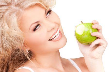 Foto de mujer joven y hermosa con manzana verde