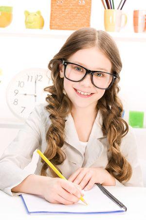 imagen brillante de aprendizaje de los estudiantes de escuela primaria Foto de archivo