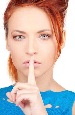 gestos: imagen brillante de joven con dedo en los labios