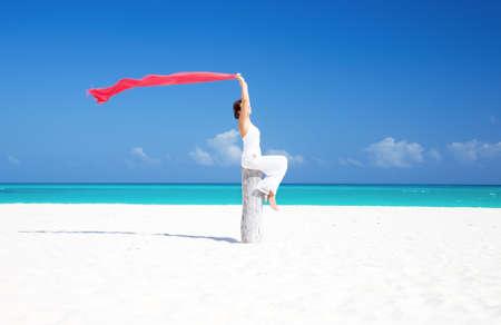 mujer feliz con Pareo rojo en la playa Foto de archivo - 6942769