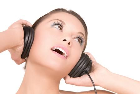 auriculares dj: Foto de mujer feliz en auriculares sobre blanco