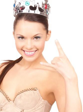 mujer encantadora en Corona mostrando el gesto de cuernos de diablo  Foto de archivo - 7347201