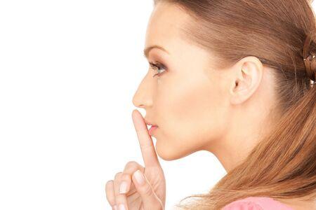 �silence: imagen brillante de una mujer joven con dedo en los labios