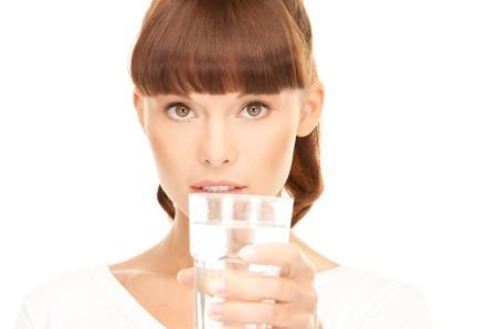 hermosa mujer con vaso de agua sobre blanco  Foto de archivo