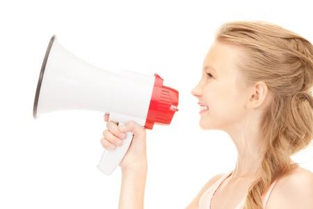 hablar en publico: imagen de la niña con el megáfono sobre blanco