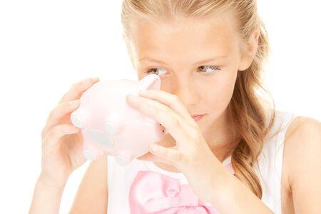 petite fille triste: image de la jolie adolescente avec tirelire  Banque d'images