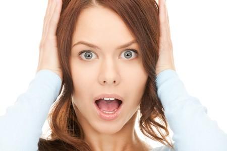 desperate: imagen brillante de mujer gritos sobre blanco  Foto de archivo