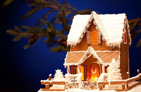casita de dulces: Foto de casa de pan de jengibre sobre fondo de Navidad  Foto de archivo
