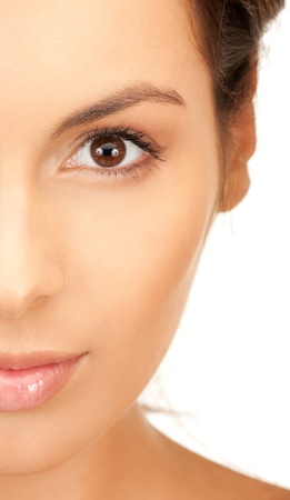 helder beeld van de mooie vrouw over white