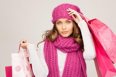 chicas comprando: mujer encantadora con bolsas de compra sobre blanco