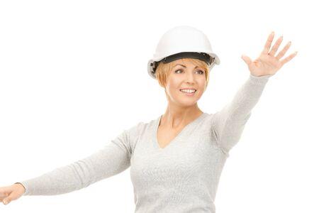 imagen de la mujer en casco contratista trabajando con algo imaginario