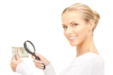 spuria: bella donna con lente di ingrandimento e denaro