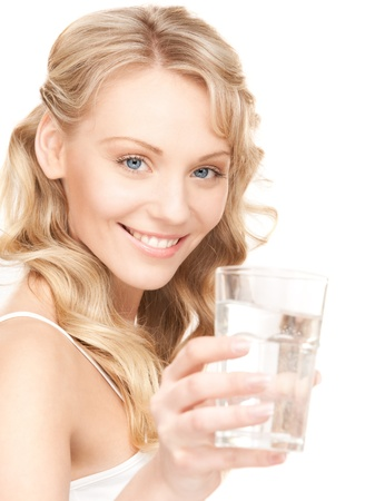puro: hermosa mujer con un vaso de agua sobre blanco