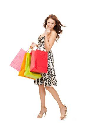 Foto de una mujer encantadora con bolsas de compra