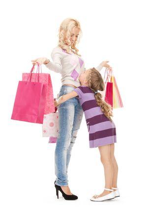 ni�os de compras: imagen brillante de feliz madre y la ni�a con bolsas de compra  Foto de archivo