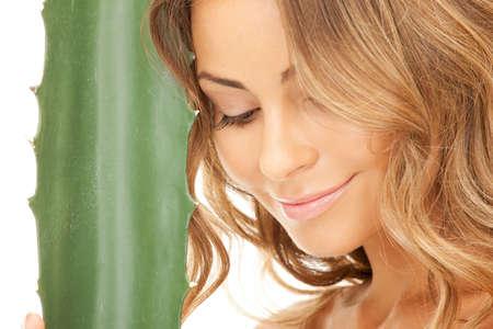 armonia: imagen de una mujer encantadora con aloe vera