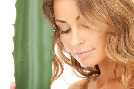 rejuvenating: Foto di donna bella con aloe vera