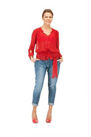 blusa: imagen brillante de una mujer encantadora en blusa Roja y pantalones vaqueros