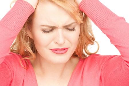 emotional pain: brillante imagen de mujer infeliz en blanco