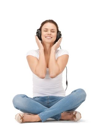 casque audio: photo d'une adolescente heureuse dans les �couteurs de grandes