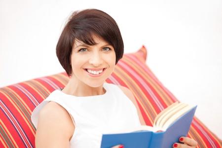 mujer leyendo libro: imagen brillante de una mujer feliz y sonriente con libro