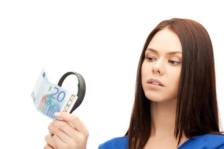 dinero falso: hermosa mujer con lupa y euro dinero en efectivo