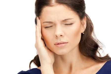 hoofdpijn: helder beeld van de ongelukkige vrouw op een witte