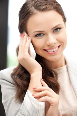 llamando: imagen brillante de Empresaria con teléfono celular Foto de archivo