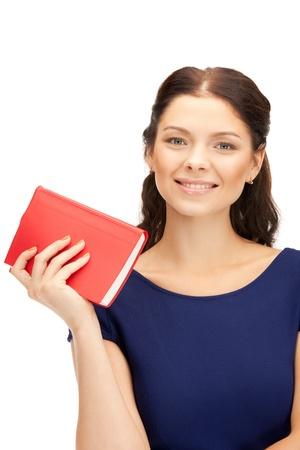 mujer leyendo libro: brillante imagen de mujer feliz y sonriente con libro Foto de archivo