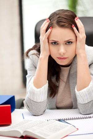 wanhopig: helder beeld van bezorgde vrouw met boek Stockfoto