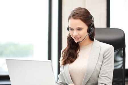 recepcionista: imagen del operador de la línea telefónica con equipo portátil Foto de archivo
