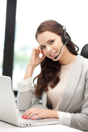 recepcionista: imagen de operador de línea telefónica de ayuda con el ordenador portátil